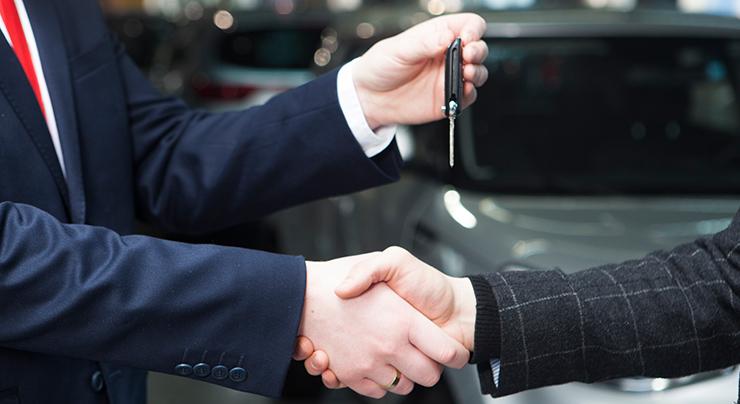 車販売ディーラーから車を購入するイメージ