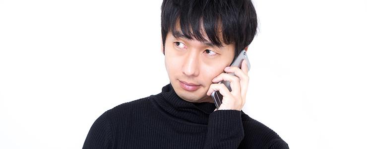 渋々電話に出る男性