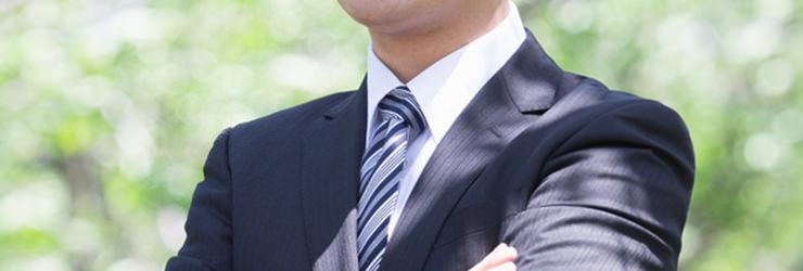 腕を組み査定額交渉を語る男性