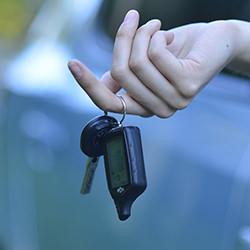 車を即決で売る女性