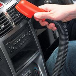 掃除機で査定前の車内清掃
