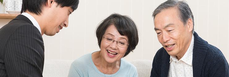 複数の買取会社から話を聞く夫婦