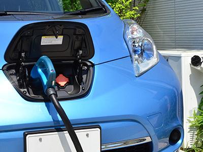 電気自動車を充電する