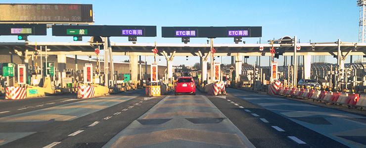 高速道路でETCを利用するユーザー
