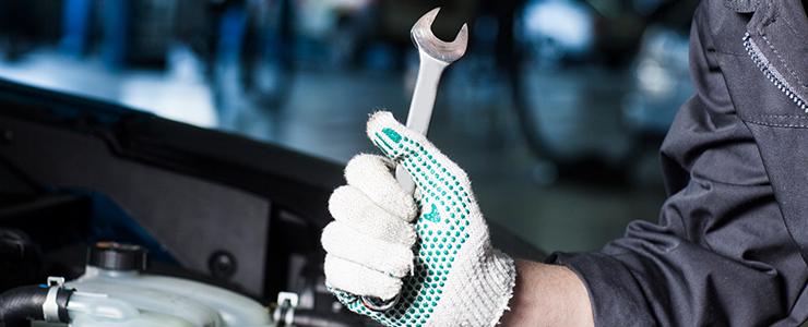 自動車の修理点検をする作業員
