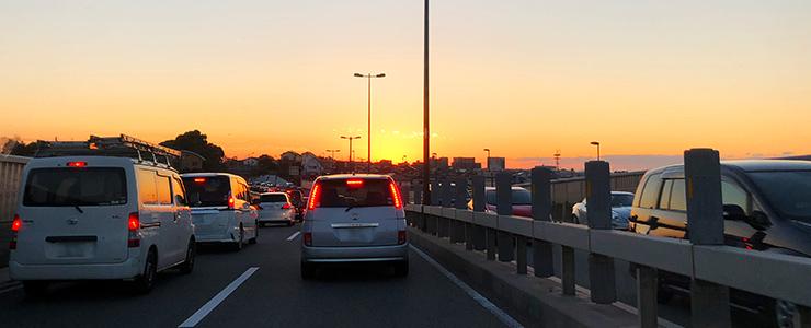 夕暮れ時の乗用車の運転席からの景色