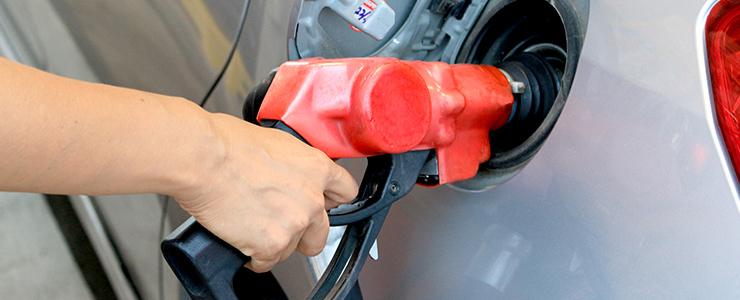 車にガソリンを入れる男性